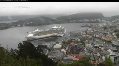 The Independence of the Seas didn't quite live up to its name when Norwegian coastal officials placed the ship under arrest in Ålesund on Thursday. It was released an hour later after Norwegian-American cruise line Royal Caribbean Cruises paid NOK 600,000 in outstanding fees. PHOTO: twitter.com/RichySpeedbird