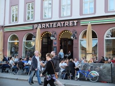 Locals enjoy a beer in the sun outside Parkteatret, a bar and concert venue in Oslo's Grünerløkka district. Health organizations like the NAAF want smoking bans in bars and restaurants extended to all outdoor service areas, but the Cancer Society said a prohibition isn't necessary because smoking is gradually becoming socially unacceptable. Several bars and restaurants across Norway will go completely smoke-free on World No Tobacco Day this Saturday, to mark 10 years since smoking was banned inside venues. PHOTO: Emily Woodgate/newsinenglish.no
