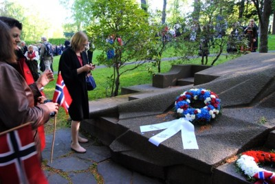 In addition to the wreath from the City of Oslo, a Norwegian-Slovakian association and the Slovakian Embassy paid tribute to Bjørnstjerne Bjørnson. PHOTO: newsinenglish.no