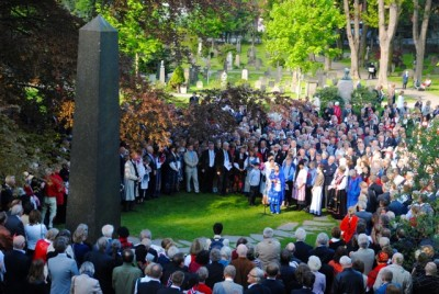 Hundreds gathered in Norway's national cemetery, here at the grave of Henrik Ibsen, to pay tribute to several of the country's heroes. There were more political overtones this year than usual. PHOTO: newsinenglish.no