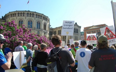 "Carrying signs claiming that ""Norway needs the farmer"" and """"Fond of Norwegian food,"" hundreds of farmers demonstrated in front of the Norwegian Parliament on Tuesday. PHOTO: newsinenglish.no/Nina Berglund"