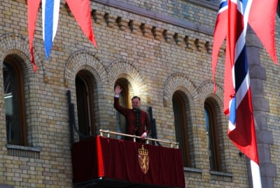 The new president of the Norwegian Parliament, Olemic Thommessen of the Conservative Party, caught lots of criticism for failing to meet the Dalai Lama when he was in Oslo last week. He braved the storm, though, and waved for hours to the crowds and the parade passing by the parliament on the 17th of May. PHOTO: newsinenglish.no
