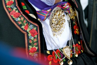 Norwegian national costumes knowns as a bunad contain a log of elaborate silver and gold accessories and even knives, and that can cause problems and delays at airport security control. PHOTO: newsinenglish.no