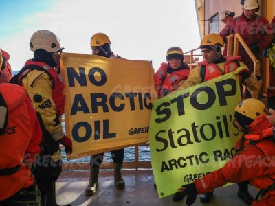 Greenpeace activists boarded the Transocean rig, after Statoil was given the green light on Monday to begin exploration work near the island of Bjørnøya, north of the Arctic Circle. PHOTO: Greenpeace