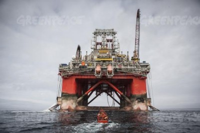 Greenpeace protestors are dwarfed by the Transocean Spitsbergen, a drilling rig Statoil has contracted to conduct oil exploration work in the Barents Sea. PHOTO: Greenpeace