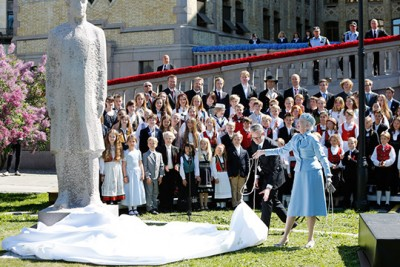 Queen Margrethe of Denmark had the honour of unveiling a statue of the Danish Prince Christian Frederik in front of the Parliament on Sunday. PHOTO: Terje Heiestad/Stortinget
