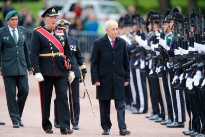 Norway's King Harald gave a royal welcome to retiring Israeli President Shimon Peres on the grounds of the Royal Palace Monday morning. Peres was beginning a two-day state visit to Norway that was stirring both support and controversy. PHOTO: Cornelius Poppe/NTB Scanpix