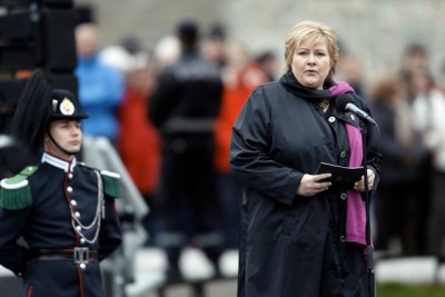 Prime Minister Erna Solberg, shown here addressing defense forces during Norway's Liberation Day and Veterans' Day ceremonies late Thursday afternoon, has seen her party's support dive after she refused to meet the Dalai Lama in Oslo this week. Some, including the president of Norway's Sami Parliament, found it ironic that she ignored the man who's been trying to liberate Tibet from Chinese rule on the day Norway celebrates its own liberation from German occupation during World War II. PHOTO: Torbjørn Kjosvold/Forsvaret