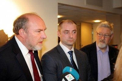 From left, employer organization NHO'S Svein Oppegaard, Labour and Social Affairs Minister Robert Eriksson and trade union confederation LO's Tor-Arne Solbakken, at a meeting earlier this year. Erikkson announced on Tuesday the government would bring in an exemption to the EU directive requiring temporary workers hired through employment agencies to be treated the same as a company's permanent staff. NHO and other employer organizations have long campaigned for the move, but LO said it would make it easier to lay off workers. PHOTO: Arbeids- og sosialdepartementet