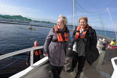 Fisheries Minister Elisabeth Aspaker (left) and Prime Minister Erna Solberg may finally be seeing a crack in the ice around relations with China, as salmon exports continue. PHOTO: Nærings- og fiskeridepartementet
