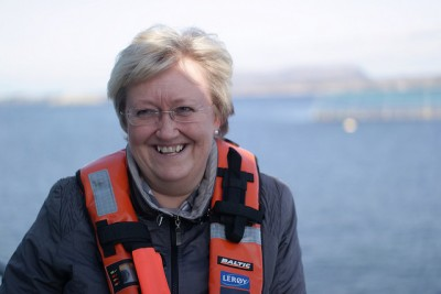 Fisheries Minister Elisabeth Aspaker, shown here during a visit to a Leroy Seafoods fish farm off Bergen, defends her strategy for nurturing growth of Norway's salmon industry while battling salmon lice. Others think her plan is full of holes and won't tackle the problems. PHOTO: Nærings- og fiskeridepartementet