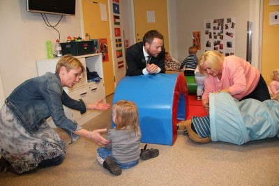 """Education Minister Torbjørn Roe Isaksen chats with teachers and children during a kindergarten visit in May. Many teachers are angry about the new wage settlement their own unions agreed to last week. On Monday hundreds chalked the work """"nei"""" around school grounds, showing their dissent. Teachers have threatened to reject the agreement when it goes to a general vote later this month, and will likely delay any ensuing strike action until school starts again after the summer break. PHOTO: Kunnskapsdepartementet"""