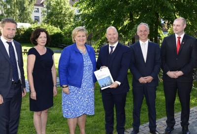 Prime Minister Erna Solberg (in blue) is joined by her cabinet, from left Health Minister Bent Høie, Children, Equality and Social Inclusion Minister Solveig Horne, Justice and Public Security Minister Anders Anundsen, Local Government and Modernization Minister Jan Tore Sanner, and Labour and Social Affairs Minister Robert Eriksson. Together they announced the government's broad-reaching 30-point plan to combat radicalization and violent extremism in young people. PHOTO: Olav Heggø/Fotovisjon/Statsministerenskontor