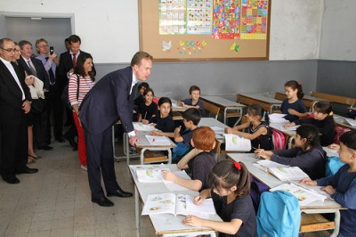 Norwegian Foreign Minister Børge Brende met with Syrian refugee children in Beirut earlier this month, at school programs financed by Norway, but now the government is balking at taking in more refugees who are sick and injured. PHOTO: Utenriksdepartementet