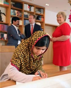 Malala Yousafzai fra Pakistan og hennes far Ziauddin Yousafzai var invitert hjem til statsminister Erna Solberg sammen med utenriksminister Børge Brende