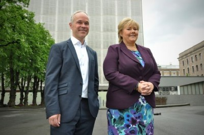 Prime Minister Erna Solberg and her fellow minister Jan Tore Sanner (left) were pleased that so many others were pleased that they'd decided to preserve the high-rise government  (towering behind them) that was among buildings damaged in the bombing of July 22, 2011. Now it appears not everyone is pleased after all. PHOTO: regjeringen.no
