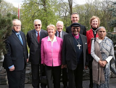 """Former US President Jimmy Carter (center) has been in Norway several times, here in distinguished company with """"The Elders"""" group including Bishop Desmond Tutu and former Norwegian Premier Gro Harlem Brundtland. Now he thinks it's time for Chinese leaders to bury the hatchet and start talking again with their Norwegian counterparts. PHOTO: Statsministerens kontor"""