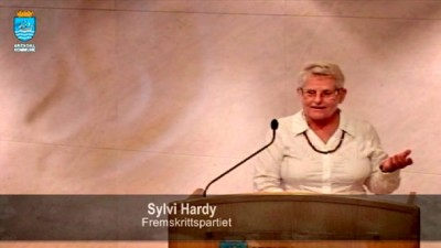 Sylvi Hardy, a substitute representative for the Progress Party (Frp) on Arendal's city council, made some remarks about refugees at a council meeting Thursday evening that shocked even a fellow Frp MP. The remarks were seen as stigmatizing refugees and immigrants. PHOTO: Arendal kommune/NRK screen grab