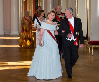 Queen Sonja and German President Joachim Gauck led the official entourage in to the gala dinner at the Royal Palace Wednesday evening. PHOTO: Kongehuset/Audun Braastad / NTB Scanpix