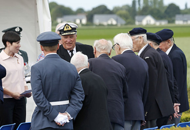 King Harald greeted Norwegian veterans of D-Day in Normandy on Thursday and later invited them to a reception on board his yacht. At left, Defense Minister Ine Marie Eriksen Søreide. PHOTO: Det Norske Kongehuset/NTB Scanpix