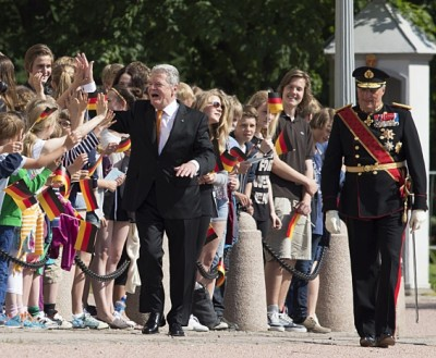 German President Joachim Gauck was also greeted by school children waving flags as King Harald and Queen Sonja officially welcomed him to Norway at the start of his three-day state visit on Wednesday. PHOTO: Kongehuset/Berit Roald/NTB Scanpix