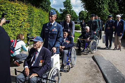 The D-Day veterans had lots of escort assistance during the memorial ceremonies in Normandy. Their average age was 93. PHOTO: Marius Lauritsen / FST-V/Forsvarets mediesenter