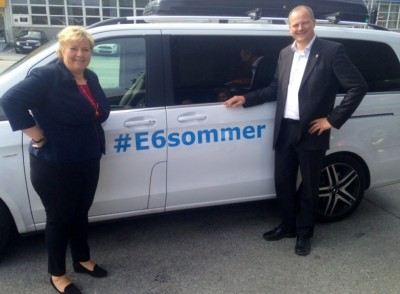 Prime Minister Erna Solberg joined Solvik-Olsen in Trondheim on Tuesday to officially open the Strindheim Tunnel, posing next to the transport minister's clearly marked car. PHOTO: Samferdselsdepartementet