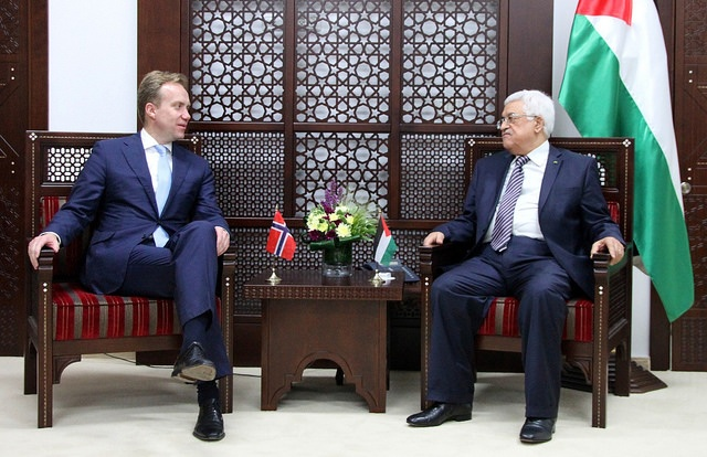 Norwegian Foreign Minister Børge Brende, left, during a meeting with Palestinian President Mahmoud Abbas in May this year. Brende went to the Middle East on Tuesday to help broker a lasting ceasefire and peace agreement between Israel and Hamas. PHOTO: Frode Overland Andersen/Utenriksdepartementet
