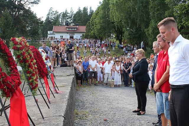 Prime Minister Erna Solberg joins political leaders and July 22 support workers to lay wreathes on Utøya on Tuesday, commemorating the third anniversary of the massacre. The Office of Criminal Injuries Compensation said on Wednesday it was concerned by the government's plans to cut its budget by 69 percent in the next two years, arguing it still had many cases to handle in the aftermath of the attacks. PHOTO: Statsministerens kontor
