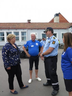 The prime minister also took time to talk with police who have a higher presence than ever before at Norway Cup this year. In the center, Norway Cup chief Frode Kyvåg. PHOTO: Statsministerens kontor