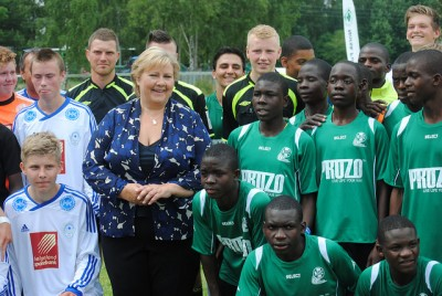 Prime Minister Erna Solberg was particularly keen to watch the football match between a Norwegian club from Mosjøen and the Kauma club from Malawi. Solberg was in Malawi recently and this is the first time the impoverished country is represented at Norway Cup, thanks to Norwegian aid. PHOTO: Norway Cup/Torbjørn Andersen
