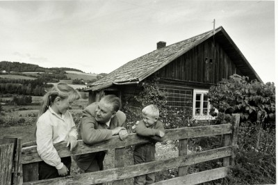 Alf Prøysen (center) with local children back at the cabin in Ringsaker where he grew up. PHOTO: Hedmarks Museum