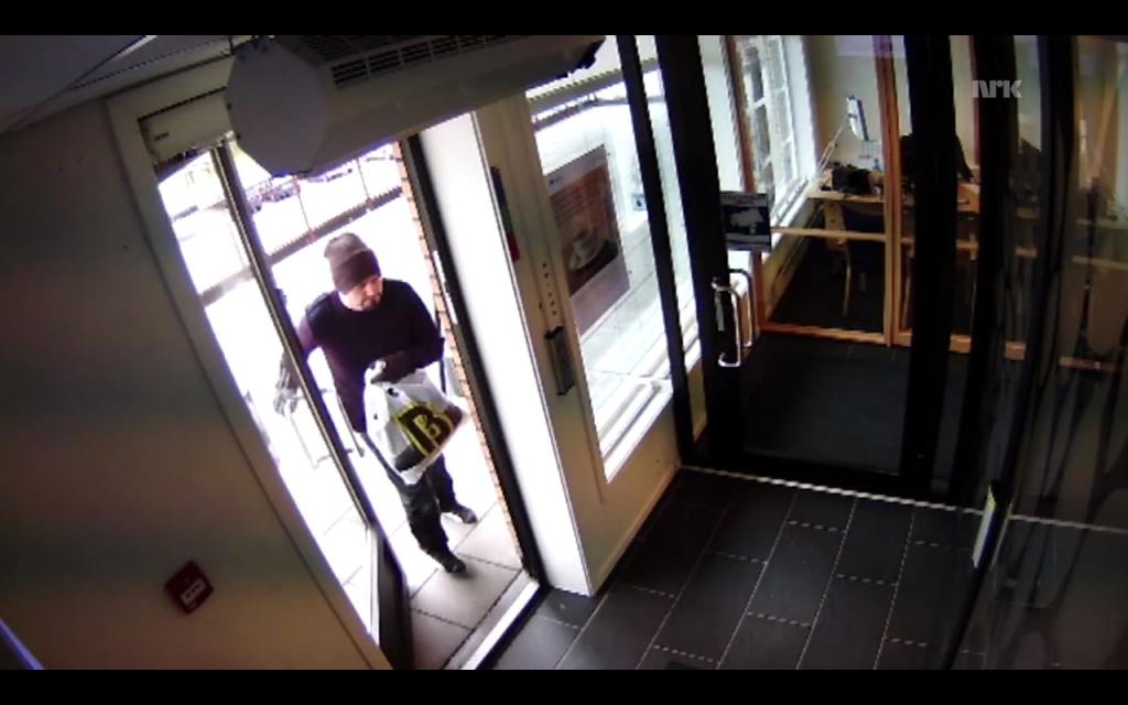 Police released surveillance footage from the Trøgstad Sparebank in Fetsund, showing the robber entering the bank on Thursday. Police still had no suspects by Monday night, and hoped the footage and new information about a silver van would bring more witnesses forward. PHOTO: Trøgstad Sparebank video screenshot