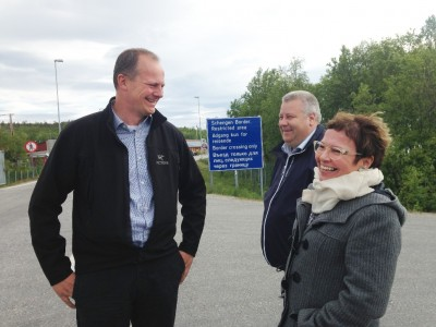 Solvik-Olsen finally arrived at the end of his journey, where the Norwegian road ends at the Russian border. At right, Bjørg Anita Joki of the state highway department in Finnmark and (center) state secretary Bård Hoksrud. PHOTO: Samferdselsdepartementet