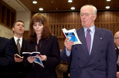 Nini Stoltenberg with her brother Jens (left) when she and father Thorvald (right) received a prize from the Salvation Army in 2002. PHOTO: NTB Scanpix/Arash A Nejad
