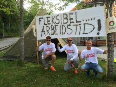 Teachers on strike at Markaplassen School in Trondheim mounted a banner with their main demand: Flexible work hours. PHOTO: Utdanningsforbundet