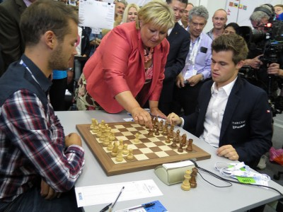 Prime Minister Erna Solberg made the first move for Norway's chess champion Magnus Carlsen as he faced off against Ivan Saric from Croatia. PHOTO: Statsministerens kontor