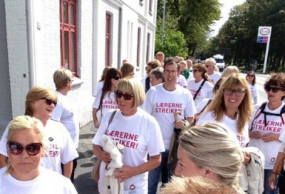 Teachers all over Norway, like these in Drammen, were in fighting spirit over the weekend and ready to remain on strike when school was supposed to start. PHOTO: Utdanningsforbundet Drammen