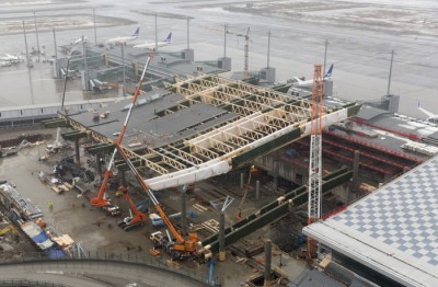 OSL has been a construction zone for three years. The costs of shielding passengers and keeping the airport running in the meantime have added to the budget increases. PHOTO: Oslo Lufthavn/Espen Solli