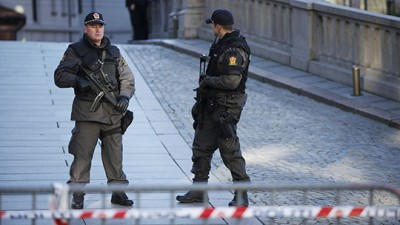 Police started carrying arms on a regular, if temporary, basis last year. Now their own labour organization wants them to be armed permanently. PHOTO: Justisdepartementet/Torgeir Haugaard