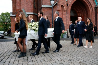 The Stoltenberg family carrying Nini Stoltenberg's casket out of Uranienborg Church in Oslo on Monday. Former Prime Minister Jens Stoltenberg was among the pall bearers (at right), as was his sister Camilla (far left). Their father Thorvald Stoltenberg (far right) was escorted by Jens Stoltenberg's daughter Catharina and his wife Ingrid Schulerud. PHOTO: NTB Scanpix/Heiko Junge