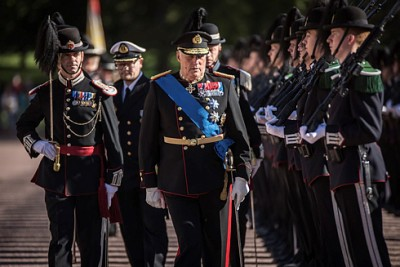 King Harald reviewing his royal guards last month. He hasn't commented on the latest controversy swirling around his daughter. PHOTO: Forsvaret