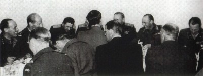 This photo from July 1945 shows the late King Olav when he was still Norway's crown prince, enjoying a dinner with Russian officers in Kirkenes. The Russians pulled out of Norway two months later and the border eventually closed until 1954, when the 10-year anniversary of the Russian-assisted liberation of eastern Finnmark eased tensions. PHOTO: Forsvaret