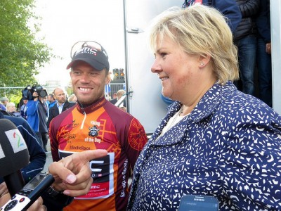 Thor Hushovd, shown here with Prime Minister Erna Solberg after his last professional race in Norway last summer, has had a high star in Norway. Now he's being criticized for keeping quite about Lance Armstrong's doping. PHOTO: Statsministerens kontor