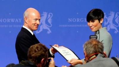 Defense Minister Ine Eriksen Søreide  handing her re-evaluation request over to Defense Chief Haakon Bruun-Hanssen on Wednesday. PHOTO: Forsvarsdepartementet
