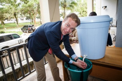 Foreign Minister Børge Brende washing his hands in chlorine during his visit to Liberia on Monday. He wanted to learn more about the ebola crisis that has killed more than 4,000 people in recent months, and came armed with more aid from Norway. PHOTO: Heiko Junge / NTB Scanpix