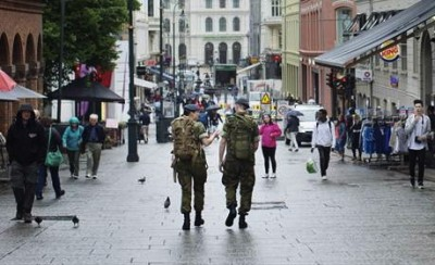 Enlisted military personnel, like those here on Oslo's main boulevard Karl Johans Gate, have been among those required to wear their uniforms while traveling, Now they can wear civilian clothing, as a safety measure against terrorism. PHOTO: Forsvaret