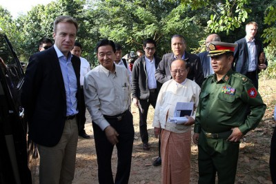Foreign Minister Børge Brende (left) with Myanmar's minister in charge of peace talks with ethnic groups, U Aung Min, while meeting representatives of various armed ethnic groups taking part in the peace process. PHOTO: Utenriksdepartementet/Frode Overland Andersen