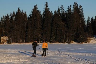 The skiing hasn't been very good in the hills and forests around Oslo during the holiday, but this couple took advantage of the few centimeters of snow on a lake near Frognerseteren on Christmas Day. A few more centimeters fell after that. PHOTO: newsinenglish.no