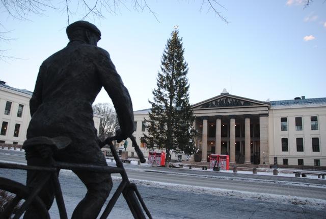 Sønsteby statue, University Aula, Christmas
